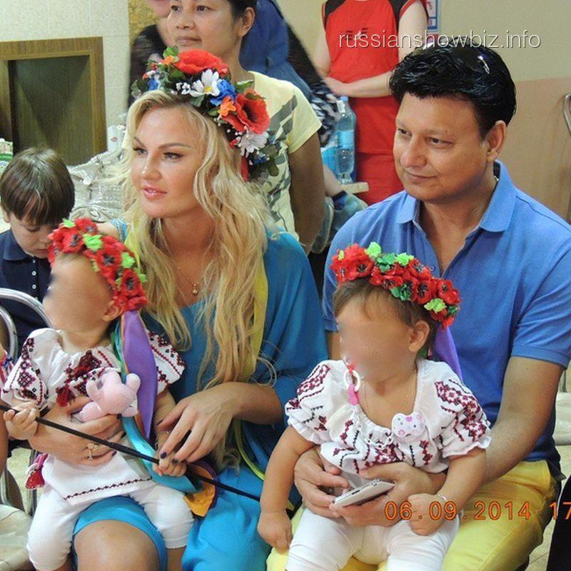 Камалия с мужем и дочерьми в лагере для беженцев
