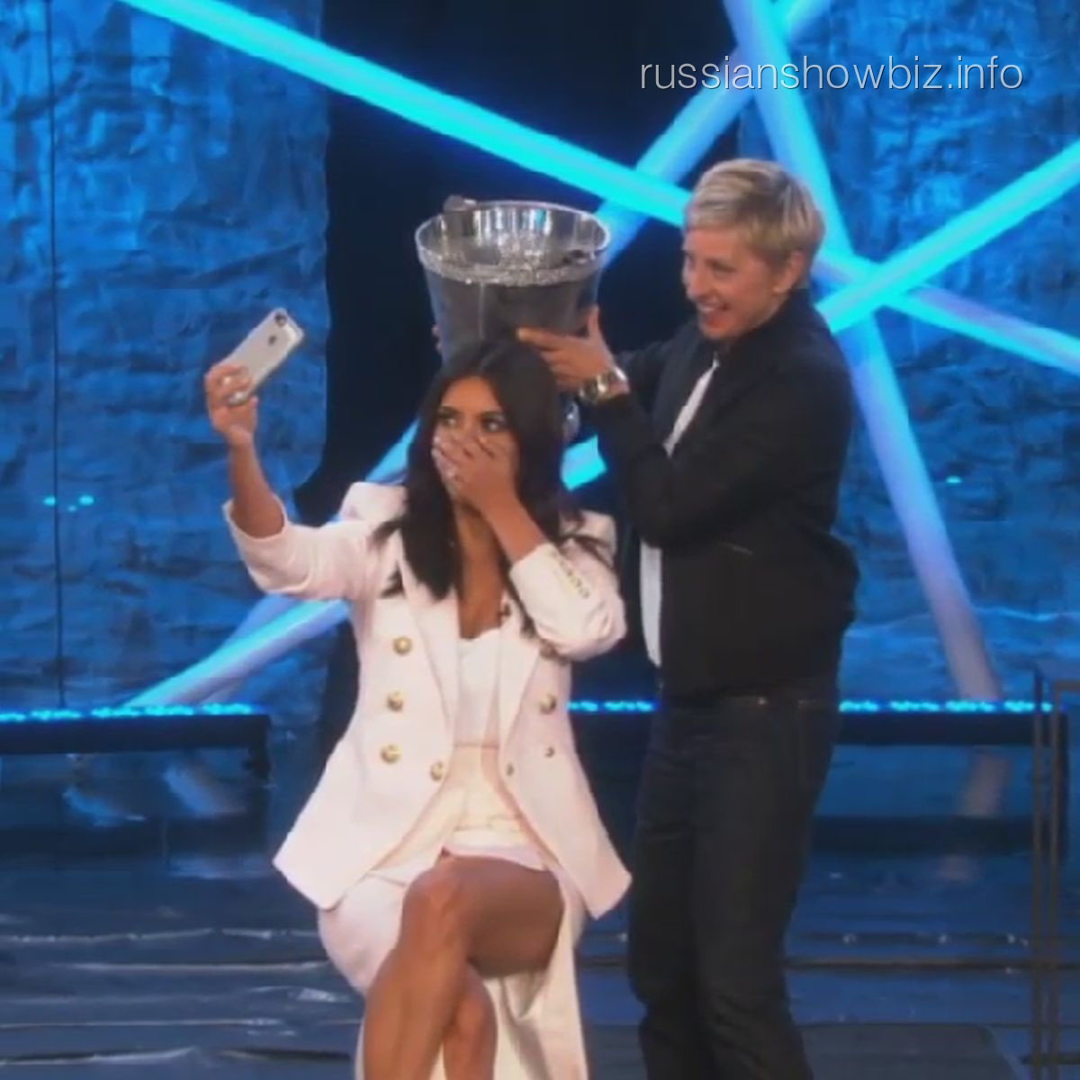 Ким Кардашьян обливается в прямом эфире