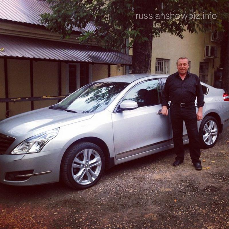Отец Алексея Воробьева возле новой машины