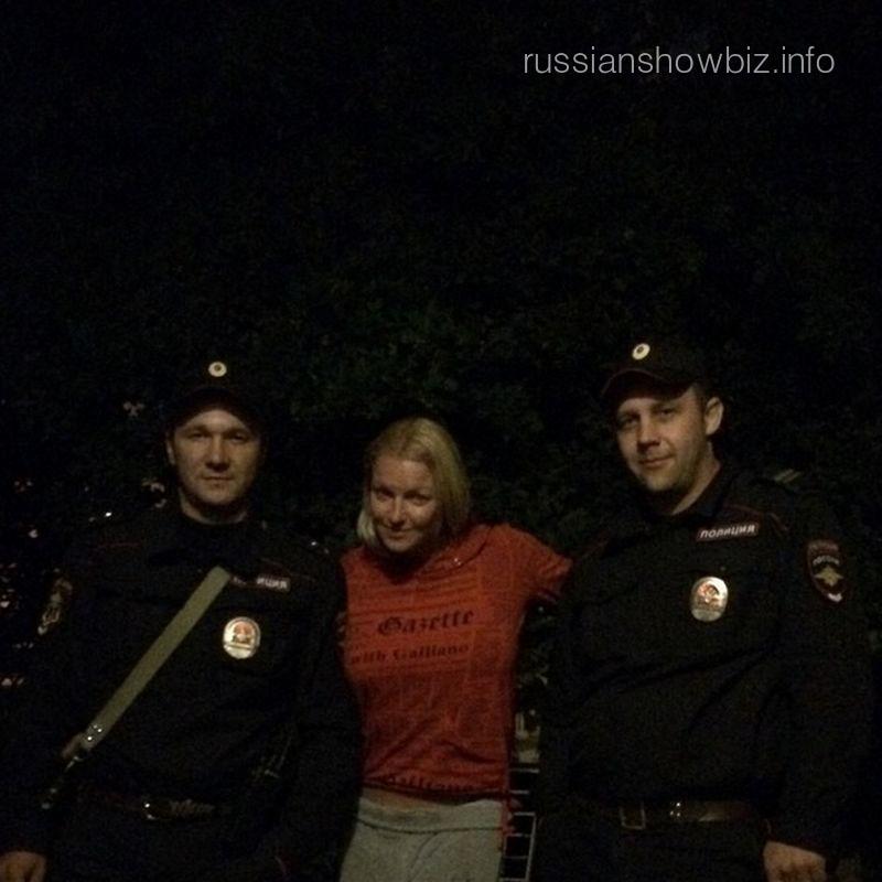 Анастасия Волочкова с сотрудниками полиции