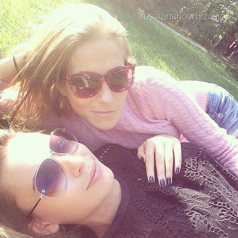 Юлия Барановская с подругой