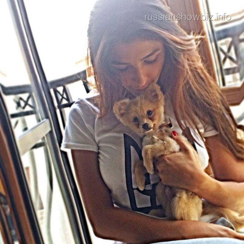 Санта Димопулос с собачкой