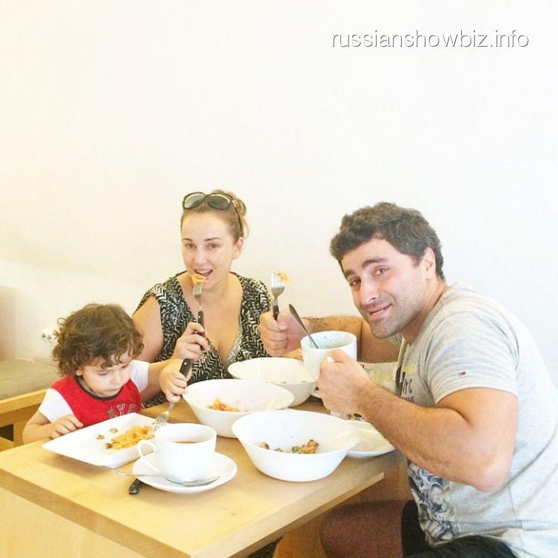 Анфиса Чехова с мужем и сыном