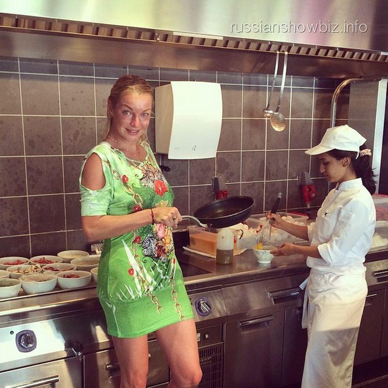 Анастасия Волочкова с девушкой-поваром