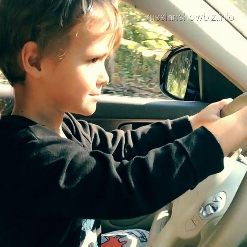 Сын Алены Водонаевой за рулем