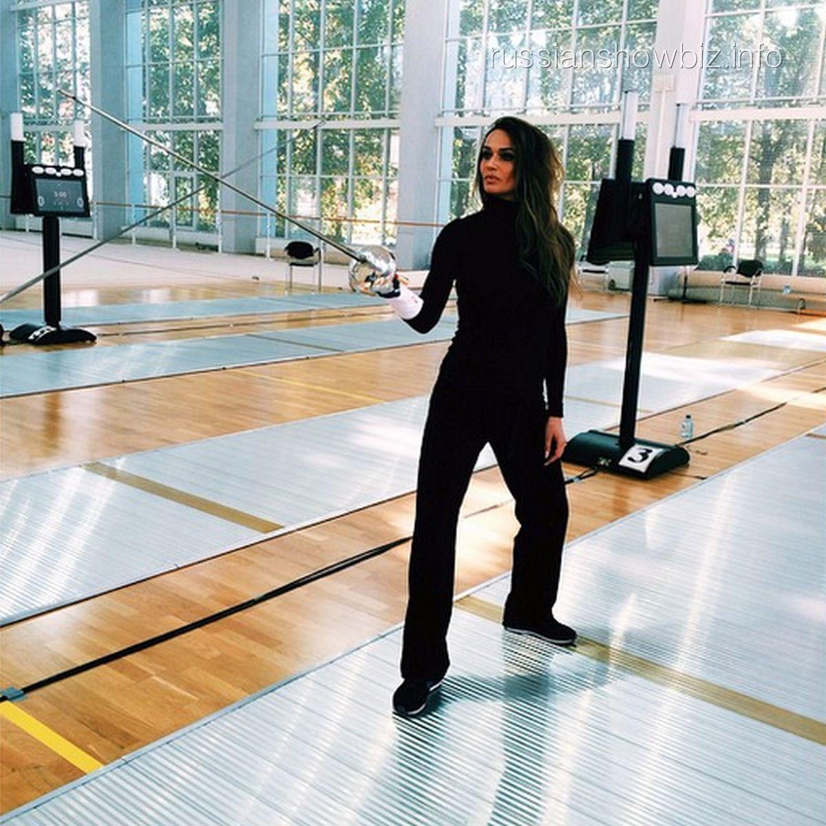 Алена Водонаева на первом занятии фехтованием