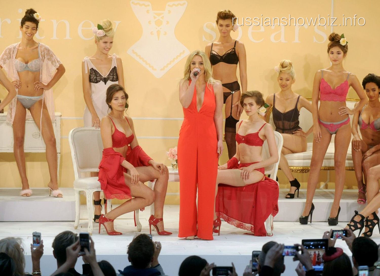Бритни Спирс на презентации своего белья