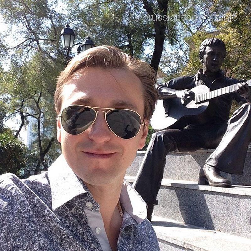 Сергей Безруков возле памятника Высоцкомуё