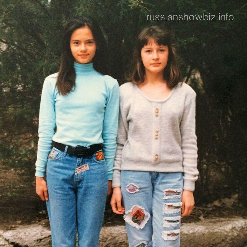 Катя Ли в юности с подругой