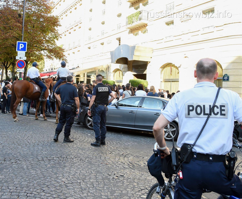 Автомобиль Джастина Бибера покидает отель