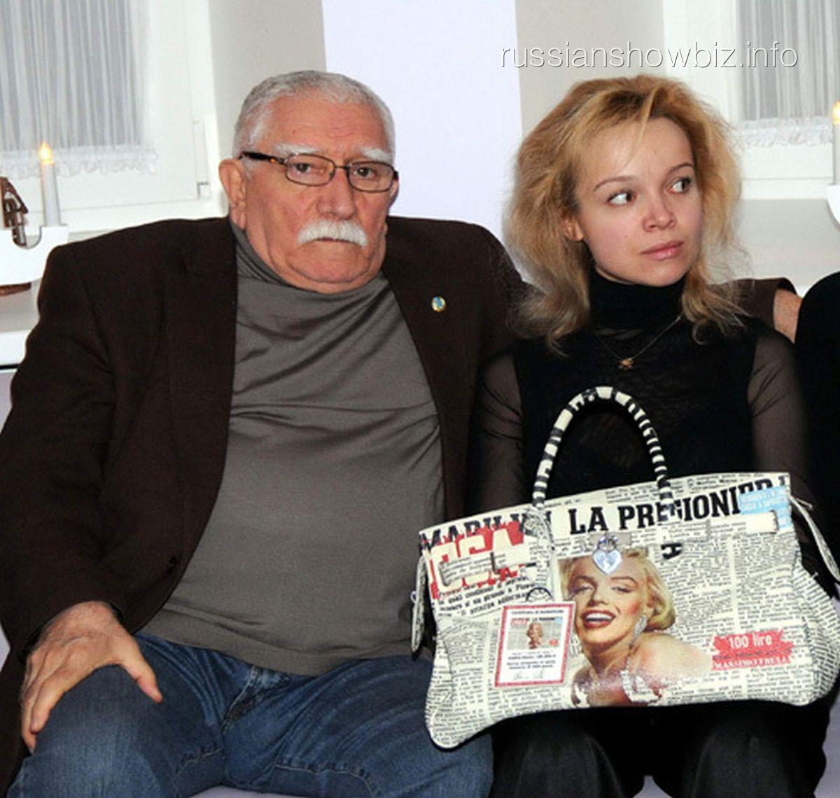 Армен Джигарханян с молодой возлюбленной