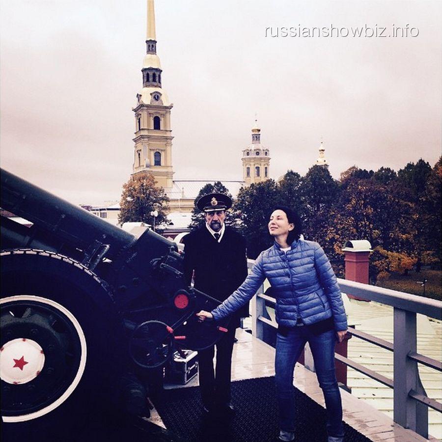 Алика Смехова совершает залп из пушки