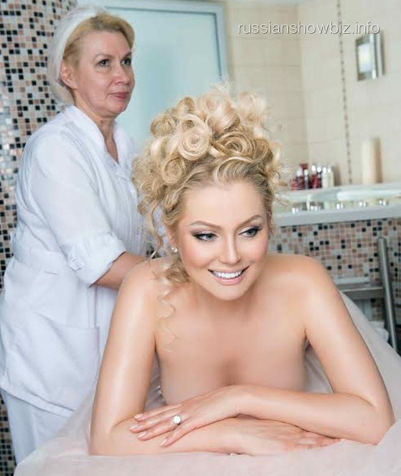 Лена Ленина на сеансе массажа