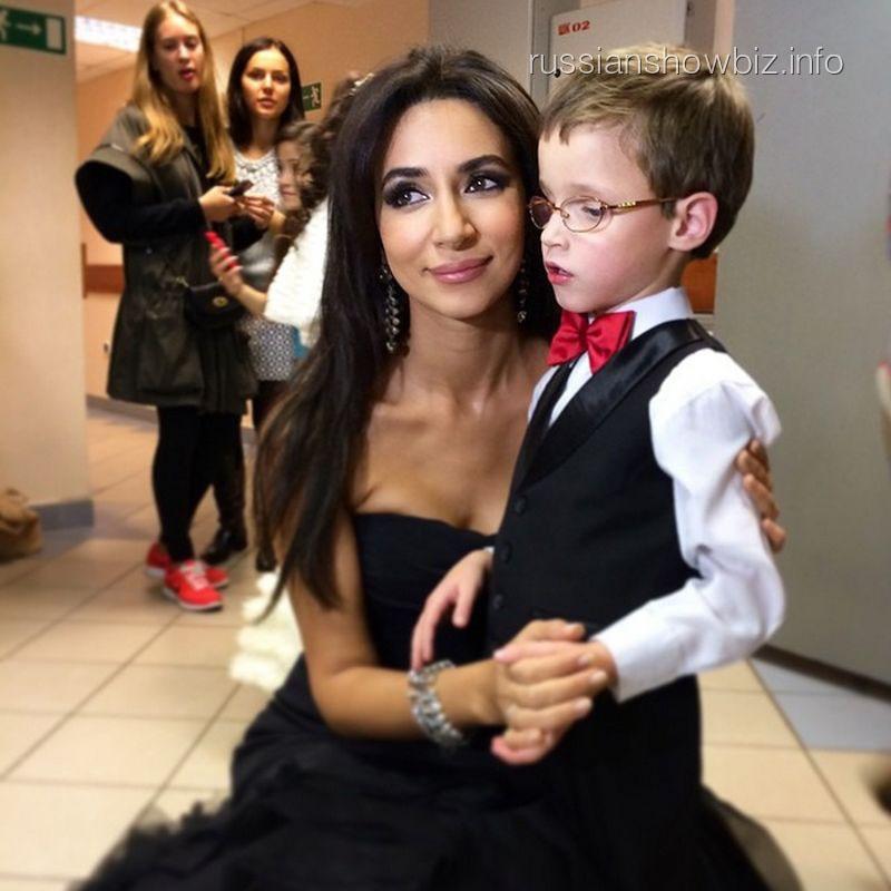 Певица Зара со слепым мальчиком