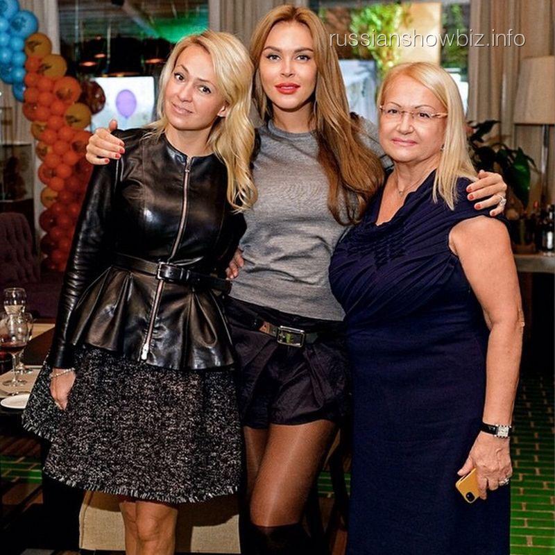 Яна Рудковская с Юлией Саркисовой и мамой