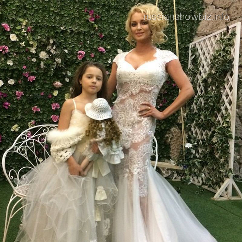 Анастасия Волочкова с дочкой на съемках клипа