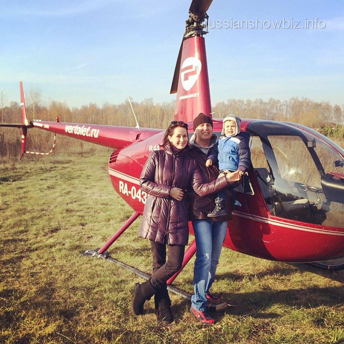 Ольга Кабо с мужем и сыном у вертолета
