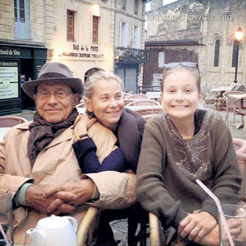 Андрей Кончаловский с женой и дочкой