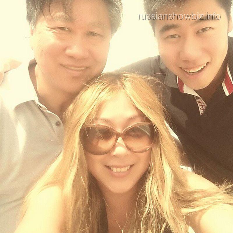 Анита Цой с семьей