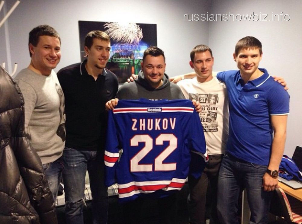 Сергей Жуков с хоккеистами СКА