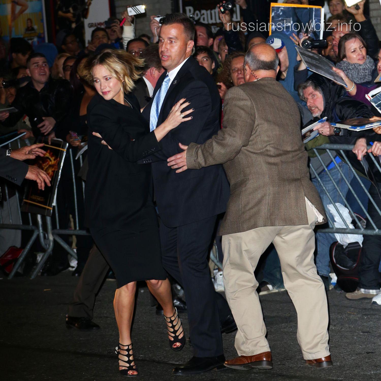 Дженнифер Лоуренс убегает от толпы фанатов