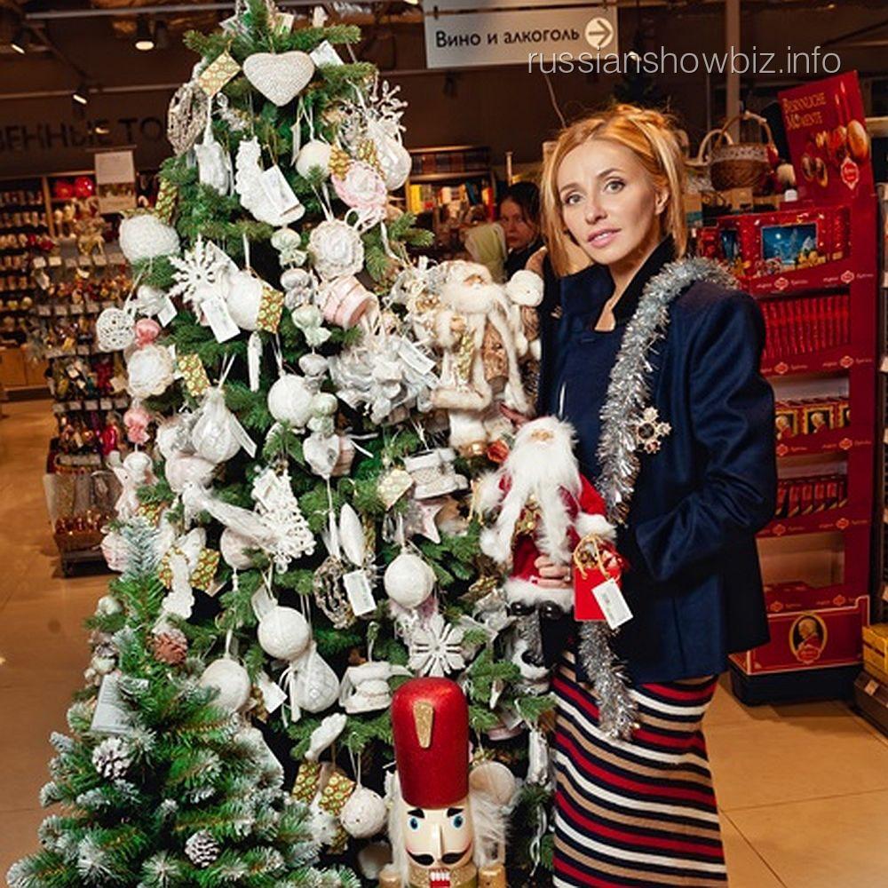 Татьяна Навка рядом с наряженной елкой