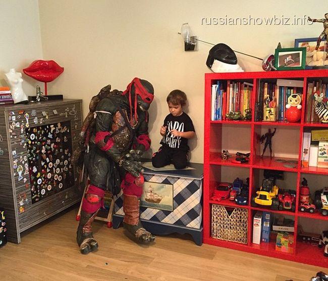 Сын Алены Водонаевой с Черепашкой-ниндзя