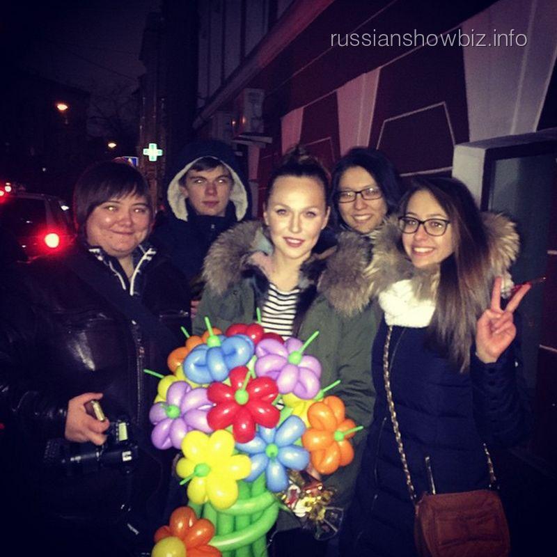 Альбина Джанабаева с поклонниками