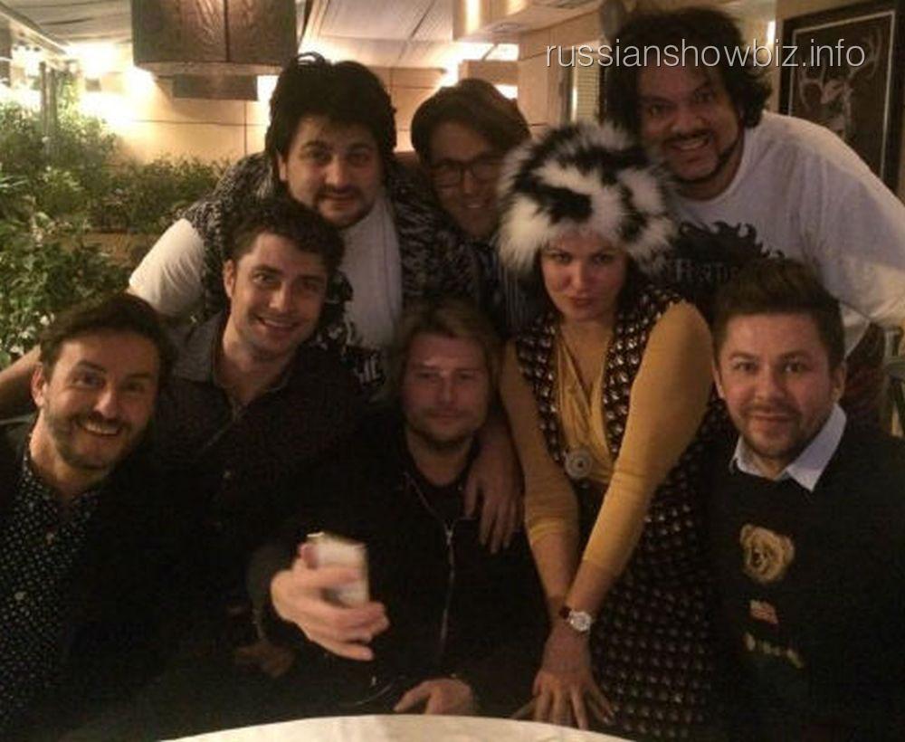 Анна Нетребко познакомила жениха (первый слева в верхнем ряду) с друзьями из шоу-бизнеса