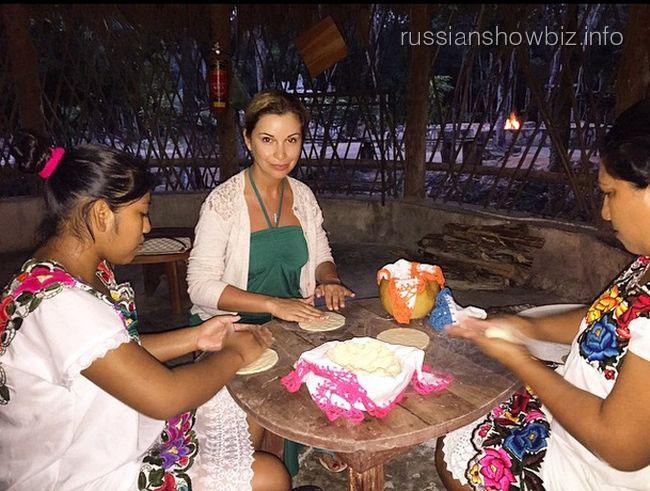 Ольга Орлова учится готовить лепешки в деревне Майя