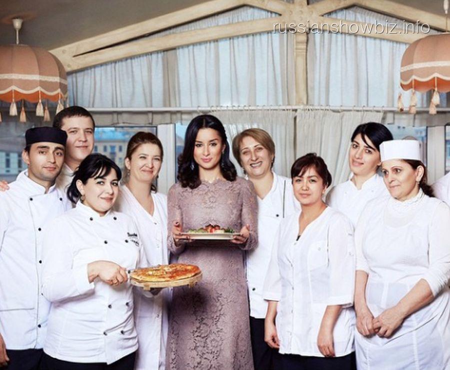Тина Канделаки с персоналом своего ресторана