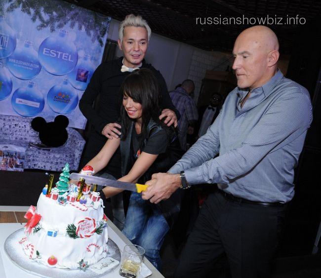 Игорь Матвиенко разрезает праздничный торт