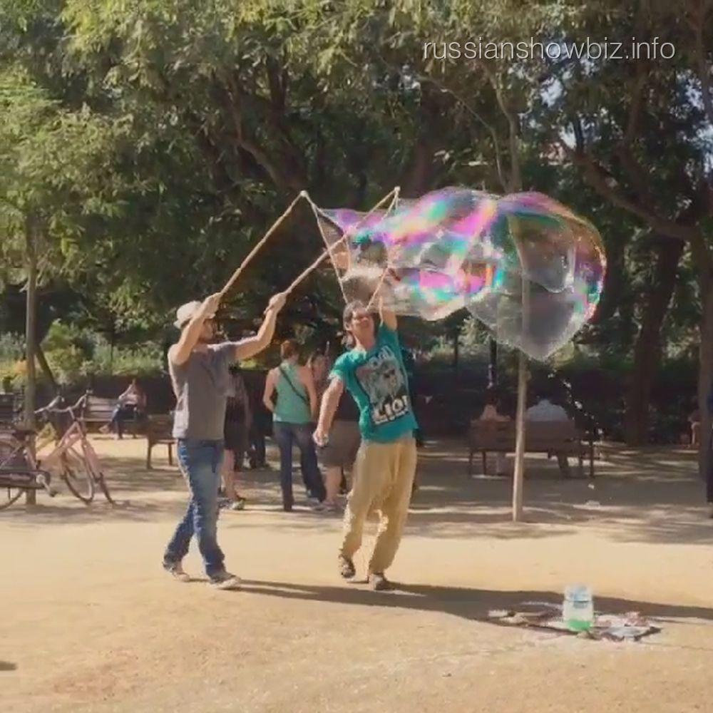 Андрей Чадов делает мыльные пузыри