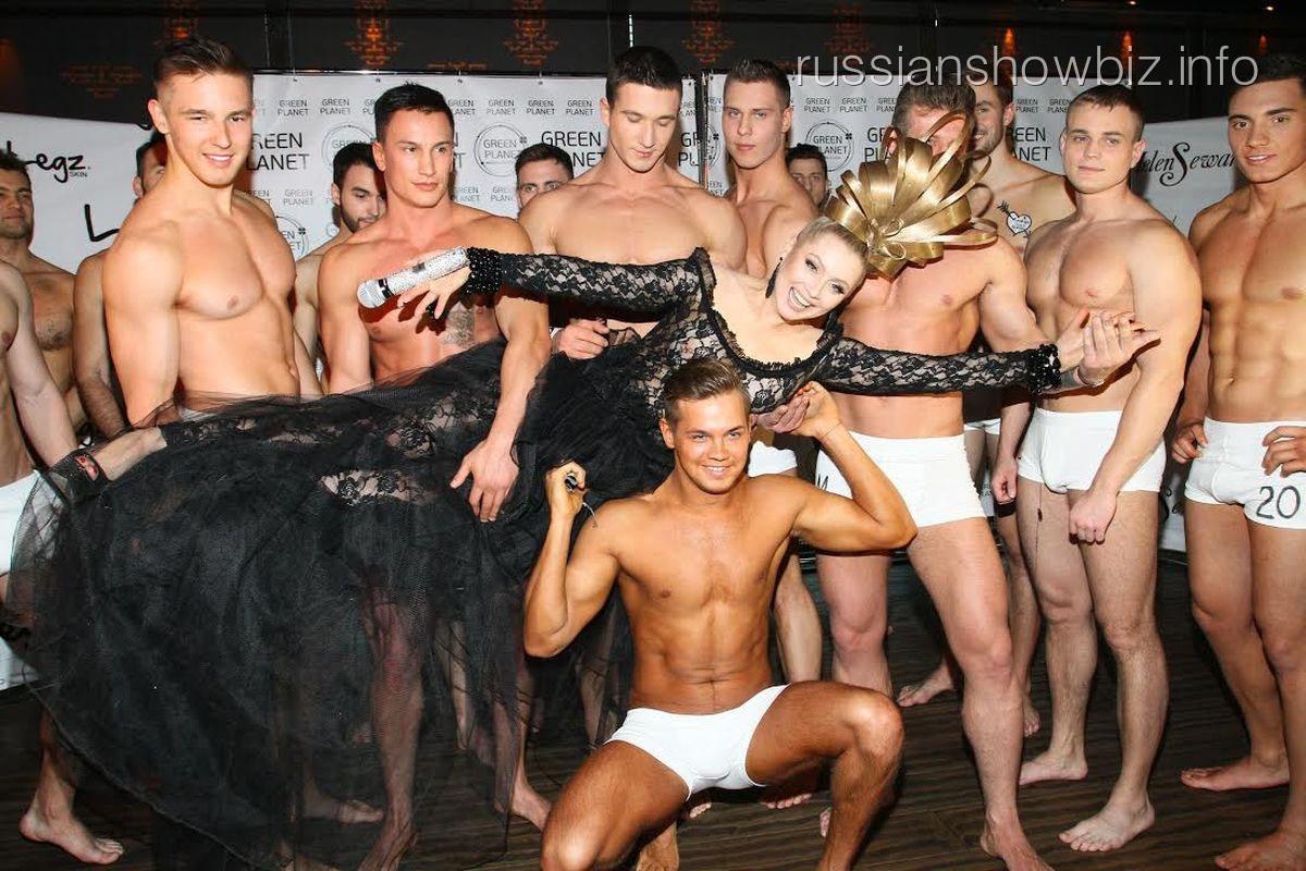 Лена Ленина в окружении конкурсантов
