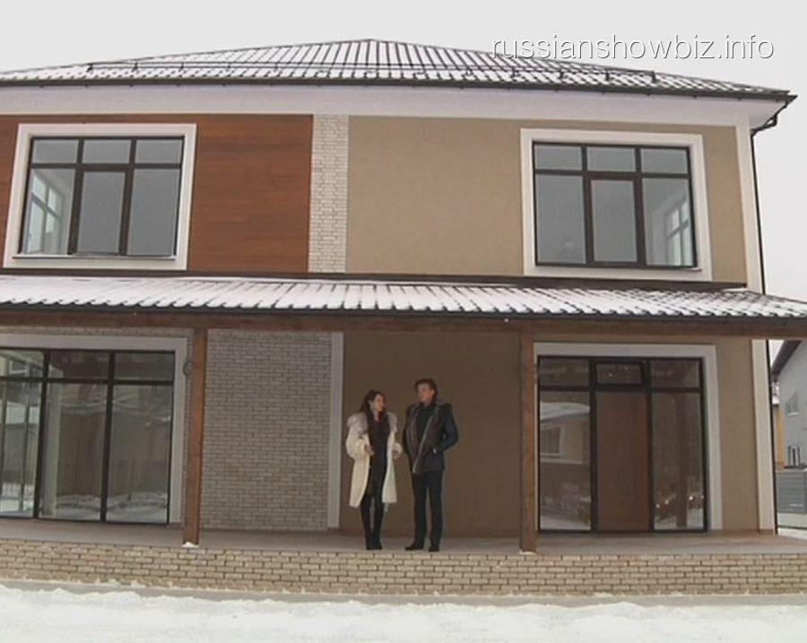 Прохор Шаляпин с возлюбленной возле дома