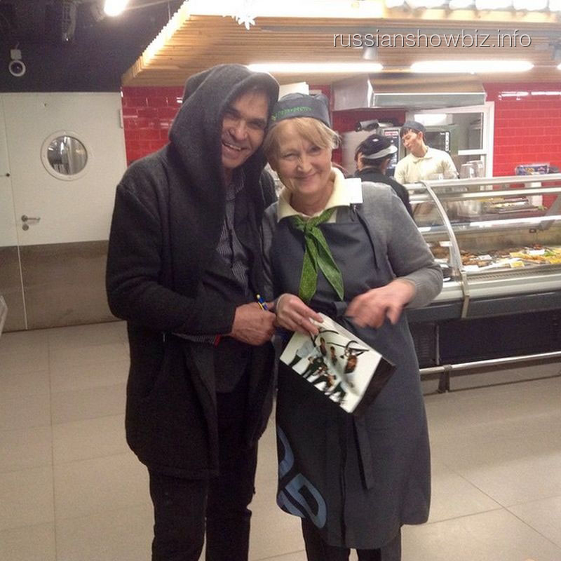 Бари Алибасов с продавщицей