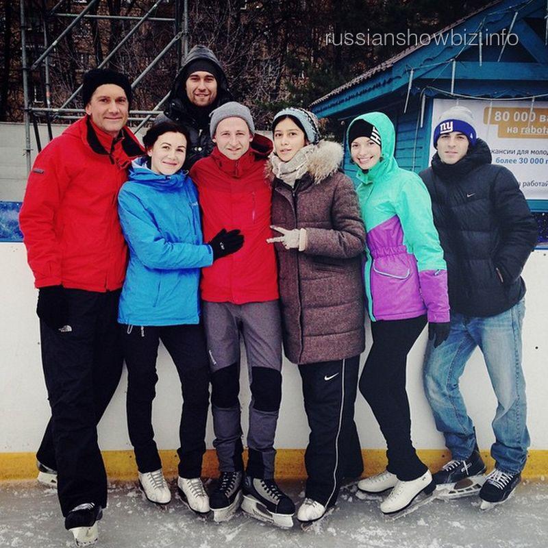 Равшана Куркова (в центре) с друзьями
