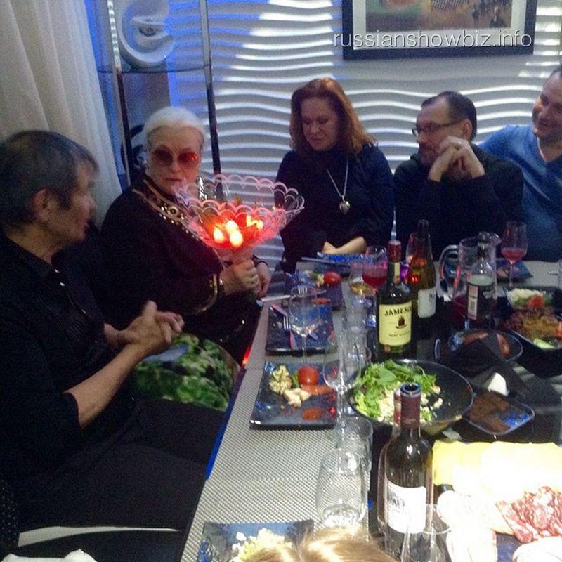 Бари Алибасов и Лидия Федосеева-Шукшина с друзьями
