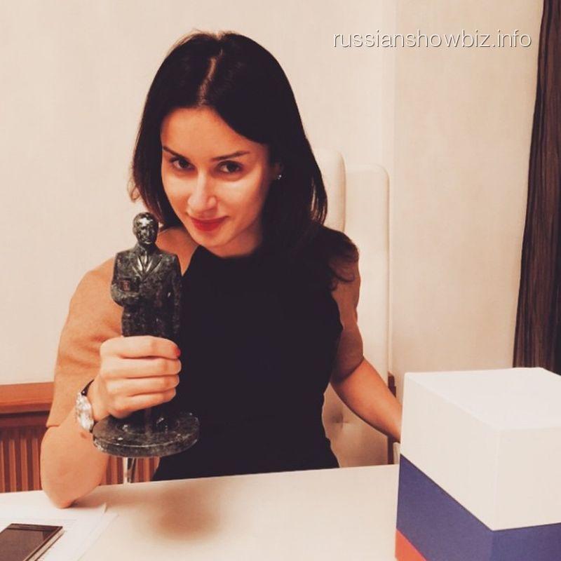 Тина Канделаки с подарком