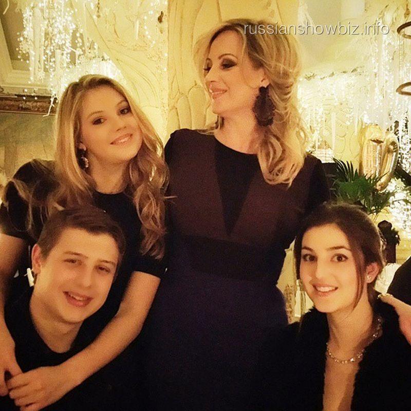Инна Михайлова с дочерью Евой, сыном Андреем и его возлюбленной Кэти