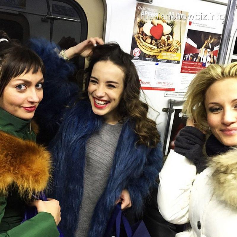 Виктория Дайнеко с подругами в метро