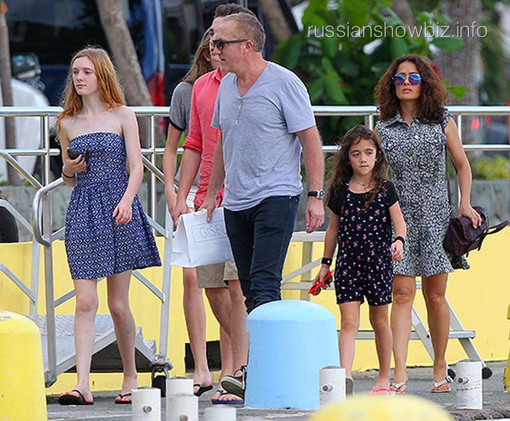 Сальма Хайек с семьей на отдыхе