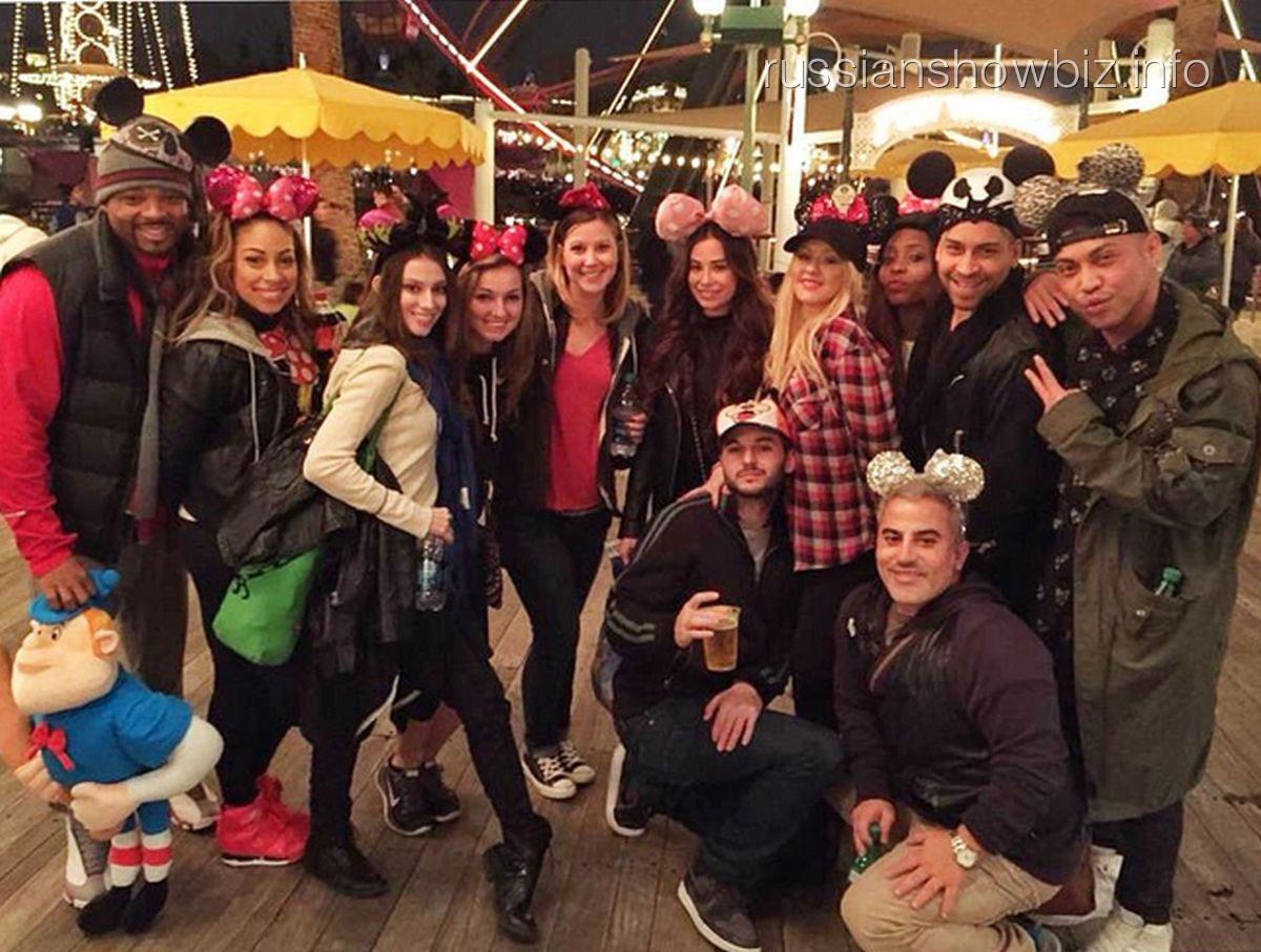 Кристина Агилера с друзьями в Диснейленде
