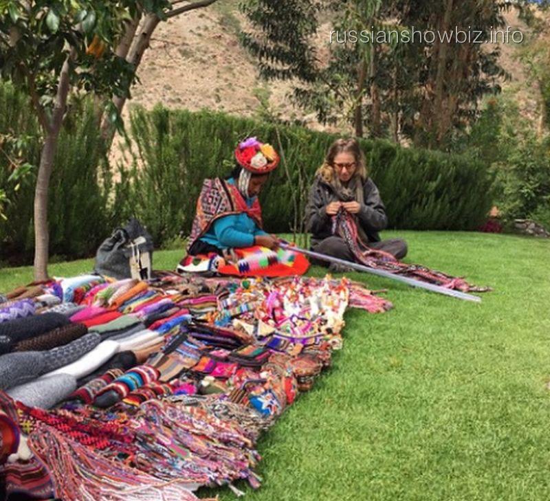 Ксения Собчак берет урок вязания у перуанской женщины