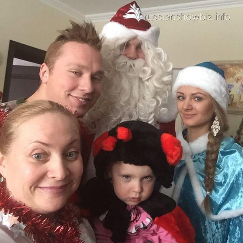 Светлана Пермякова и Максим Скрбяин с дочкой, Дедом Морозом и Снегурочкой