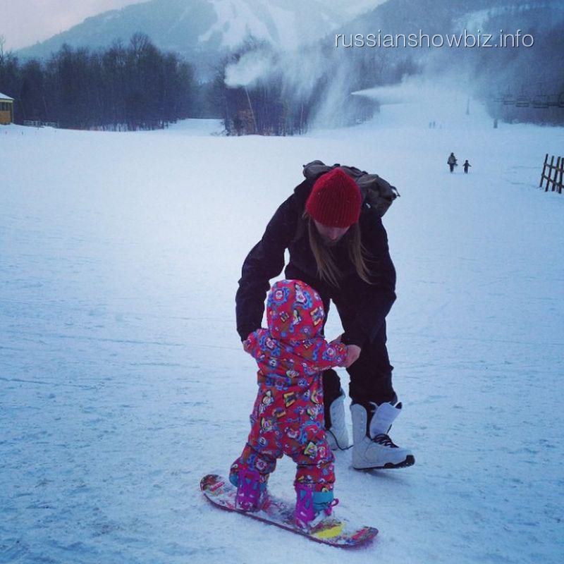 Дочь Ольги Шелест на сноуборде с инструктором