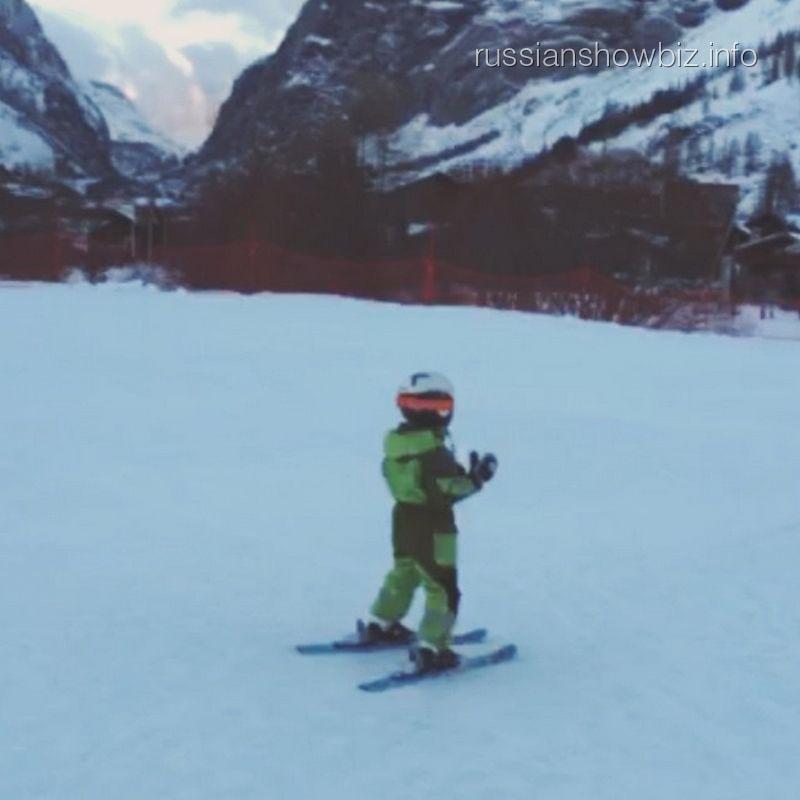 Сын Алены Водонаевой на горных лыжах