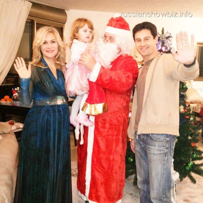 Антон и Виктория Макарские с дочерью и Дедом Морозом