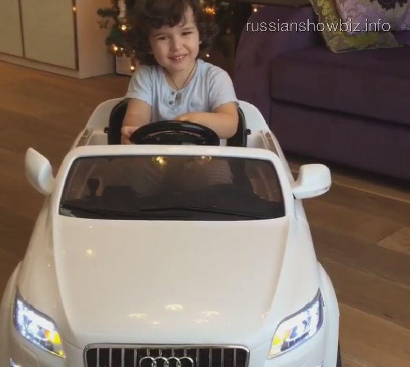 Сын Анфисы Чеховой на новой машине