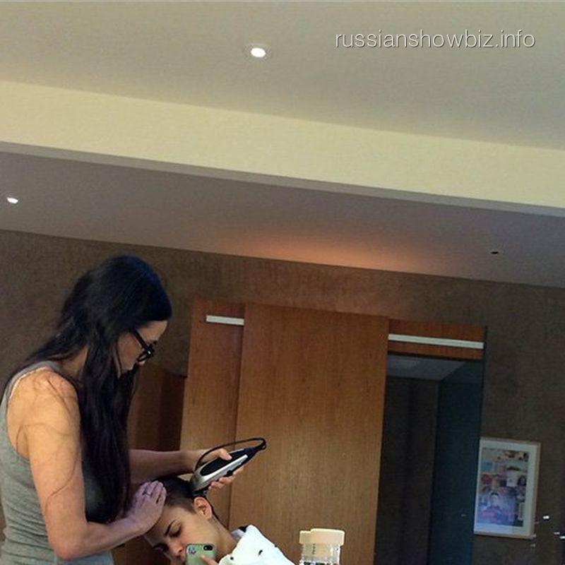Деми Мур стрижет свою дочь